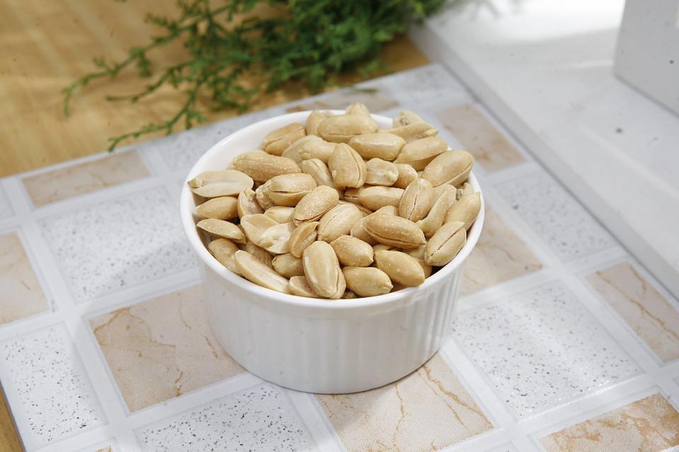 arašídy v misce