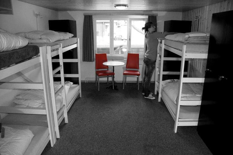 dřevěné patrové postele