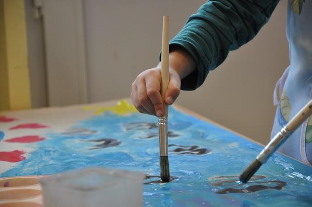 malováním štetcem