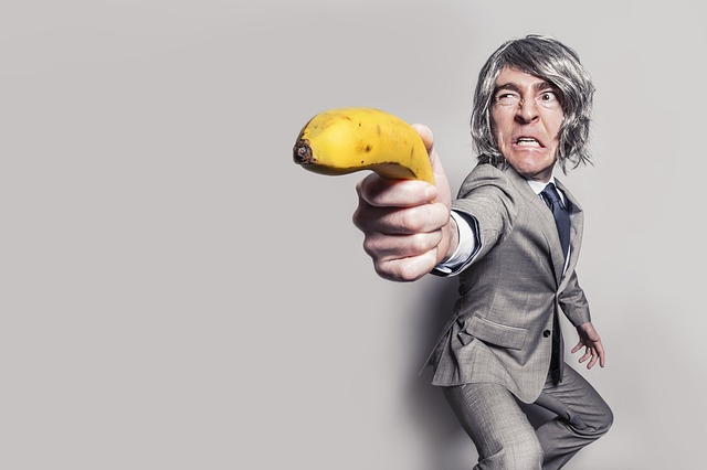 chlap s banánem
