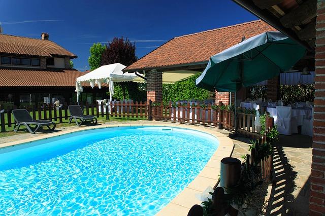 venkovní oválný bazén